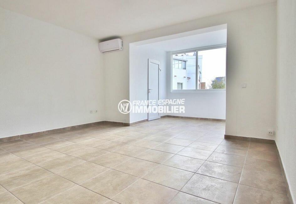 roses espagne: appartement 54 m², entièrement rénové salon / séjour avec terrasse véranda