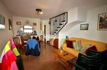 maison a vendre a rosas: villa proche plage, salon / séjour avec cuisine semi ouverte