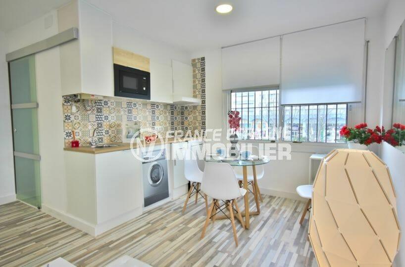 appartement a vendre empuriabrava, 36 m², coin cuisine aménagé et équipé ouvert sur le salon