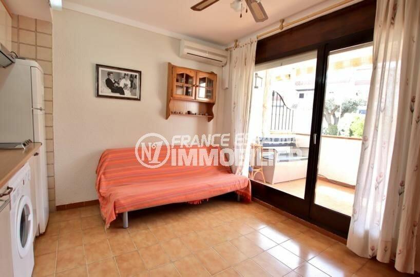 immo espagne costa brava: appartement 34 m², salon / séjour avec accès à la terrasse