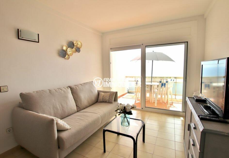 agence immobilière costa brava: appartement 39 m², salon avec accès terrasse vue mer