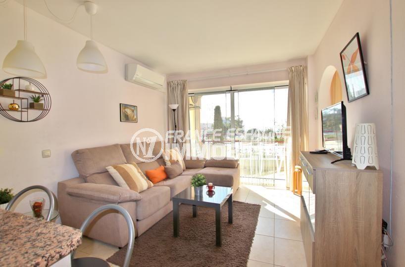 agence immobilière costa brava: appartement 59 m², salon / séjour lumineux accès terrasse