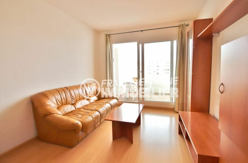 appartements a vendre a rosas, proche plage, salon / séjour avec accès à la terrasse