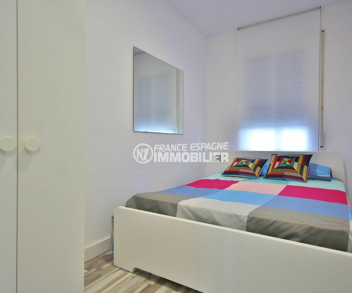 immo empuriabrava: appartement 36 m², chambre rénové avec lit double et rangements