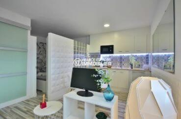 achat appartement empuriabrava, rénové et meublé, coin cuisine ouvert sur salon / séjour