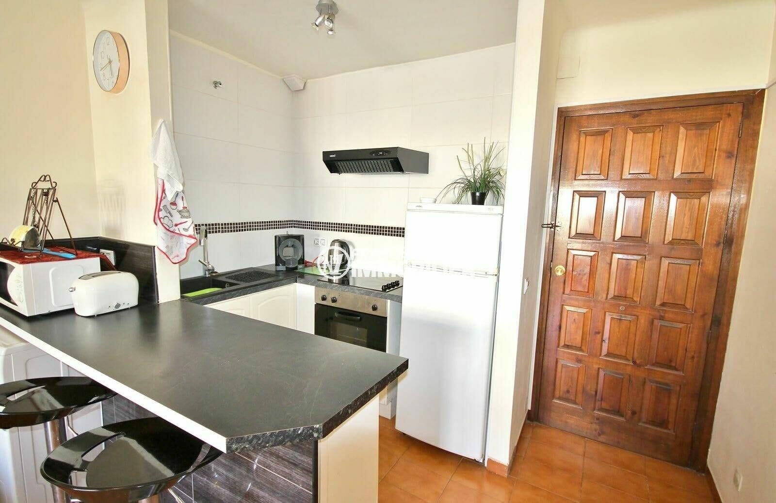 agence immo empuriabrava: appartement secteur calme, cuisine ouverte sur salon, vue porte d'entrée