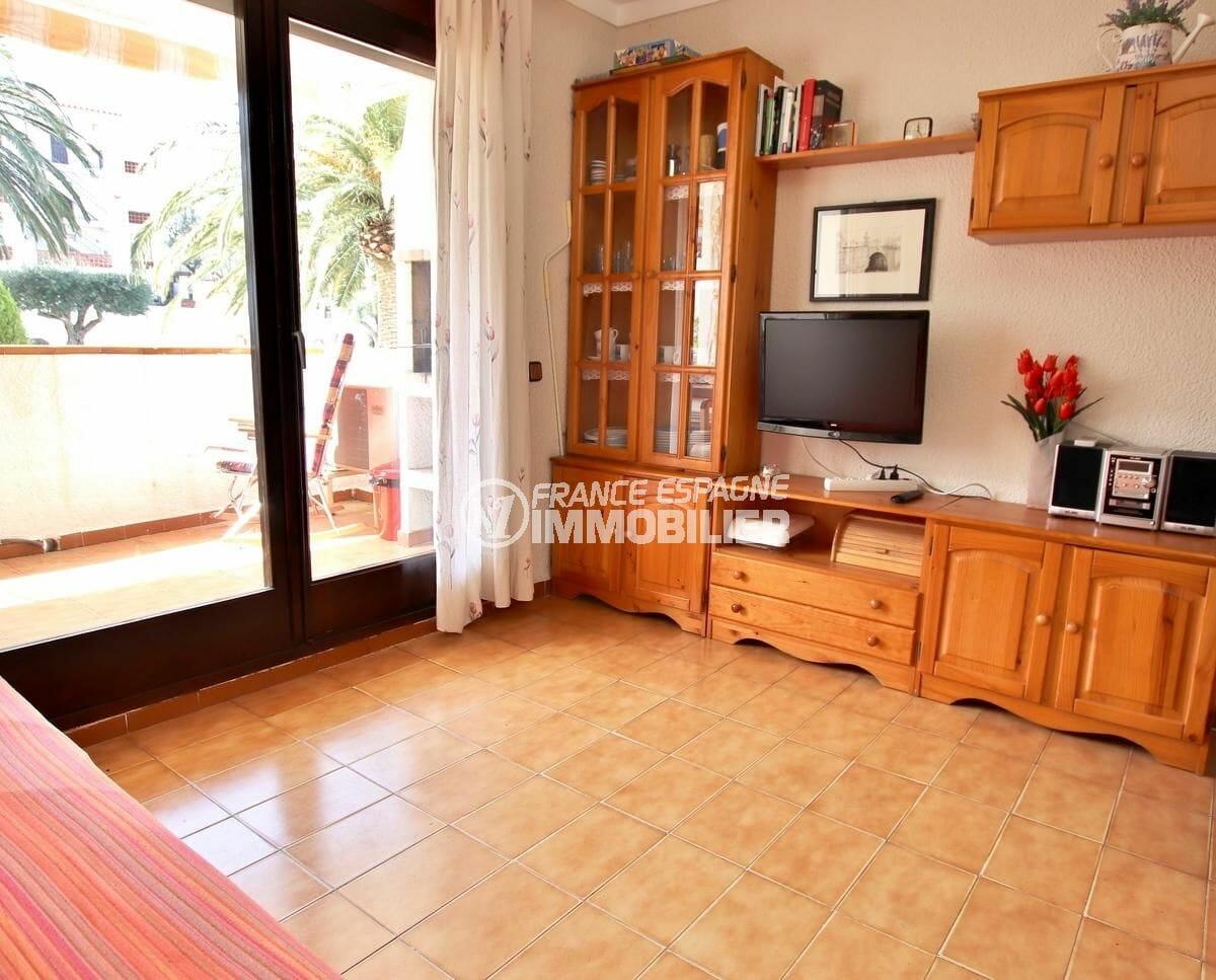 immobilier espagne costa brava: appartement 34 m², salon avec rangements accès terrasse