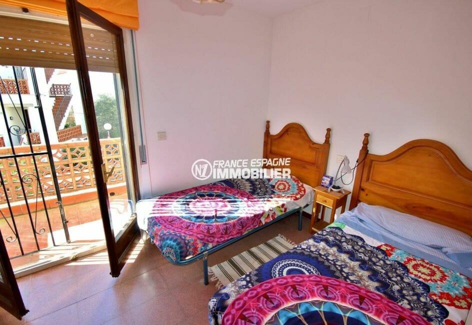 agence immobiliere roses espagne: villa 72 m², première chambre 2 lits simples accès balcon