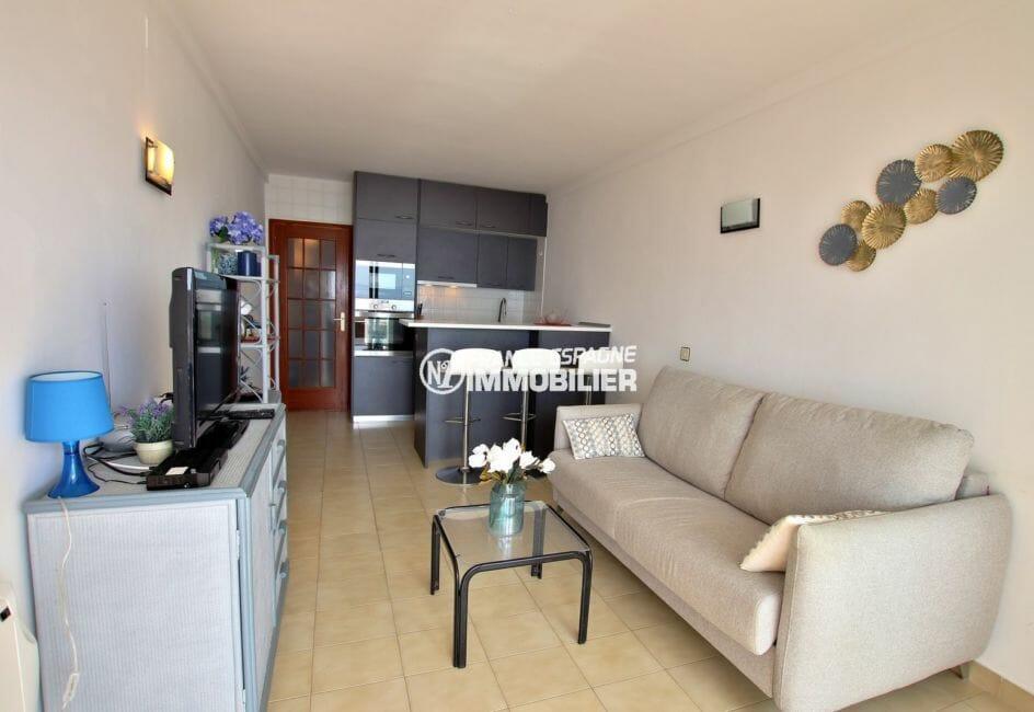 appartement a vendre a rosas, plage 800 m, salon / séjour avec cuisine ouverte