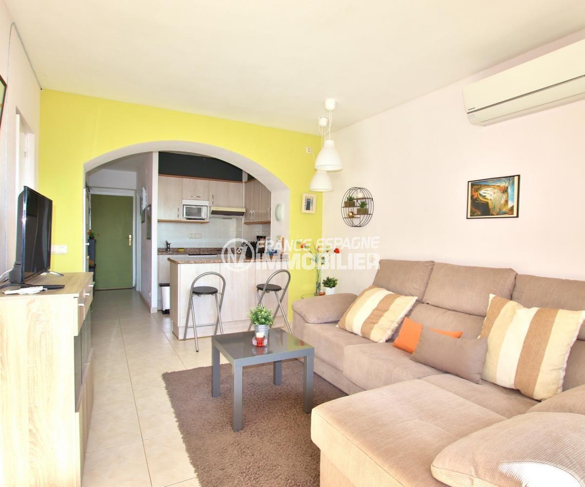 appartement a vendre a rosas, proche plahe, salon / séjour avec cuisine ouverte