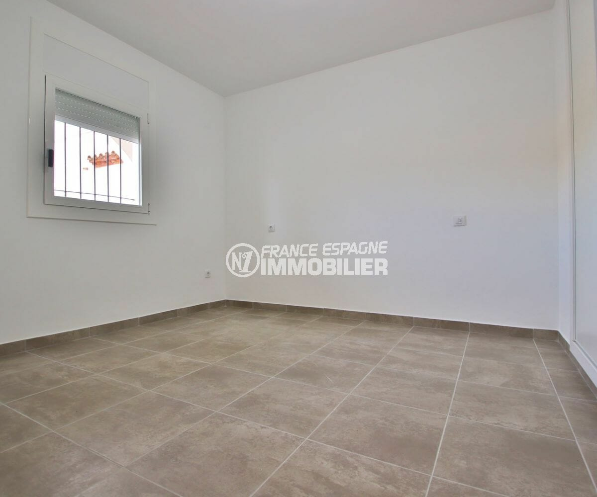 agence immobiliere costa brava: appartement 54 m², chambre spacieuse avec rangements