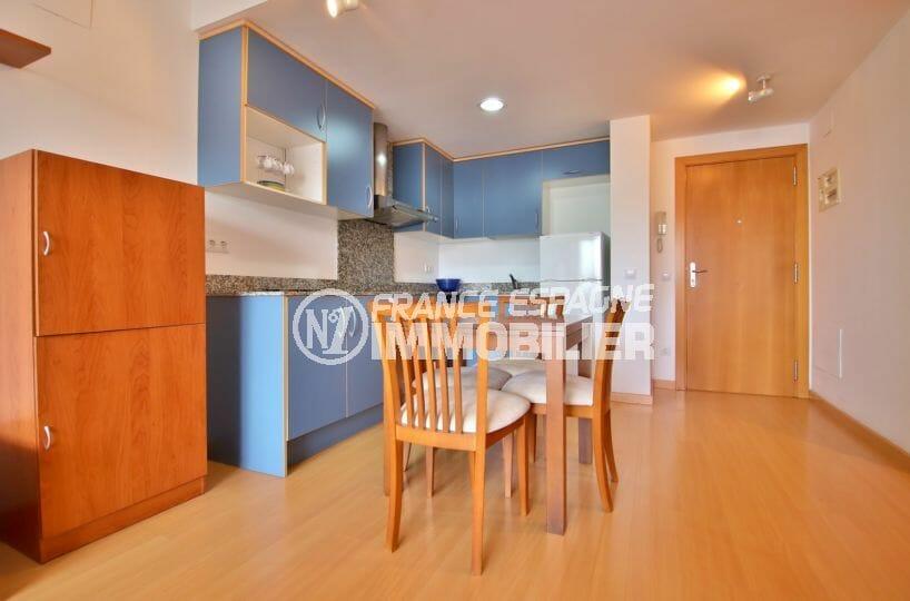 agence immobiliere costa brava: appartement 50 m², coin repas avec cuisine ouverte sur le séjour