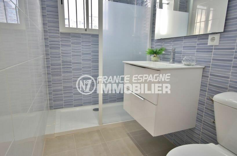 achat appartement empuriabrava, salle d'eau moderne: douche, vasque et wc