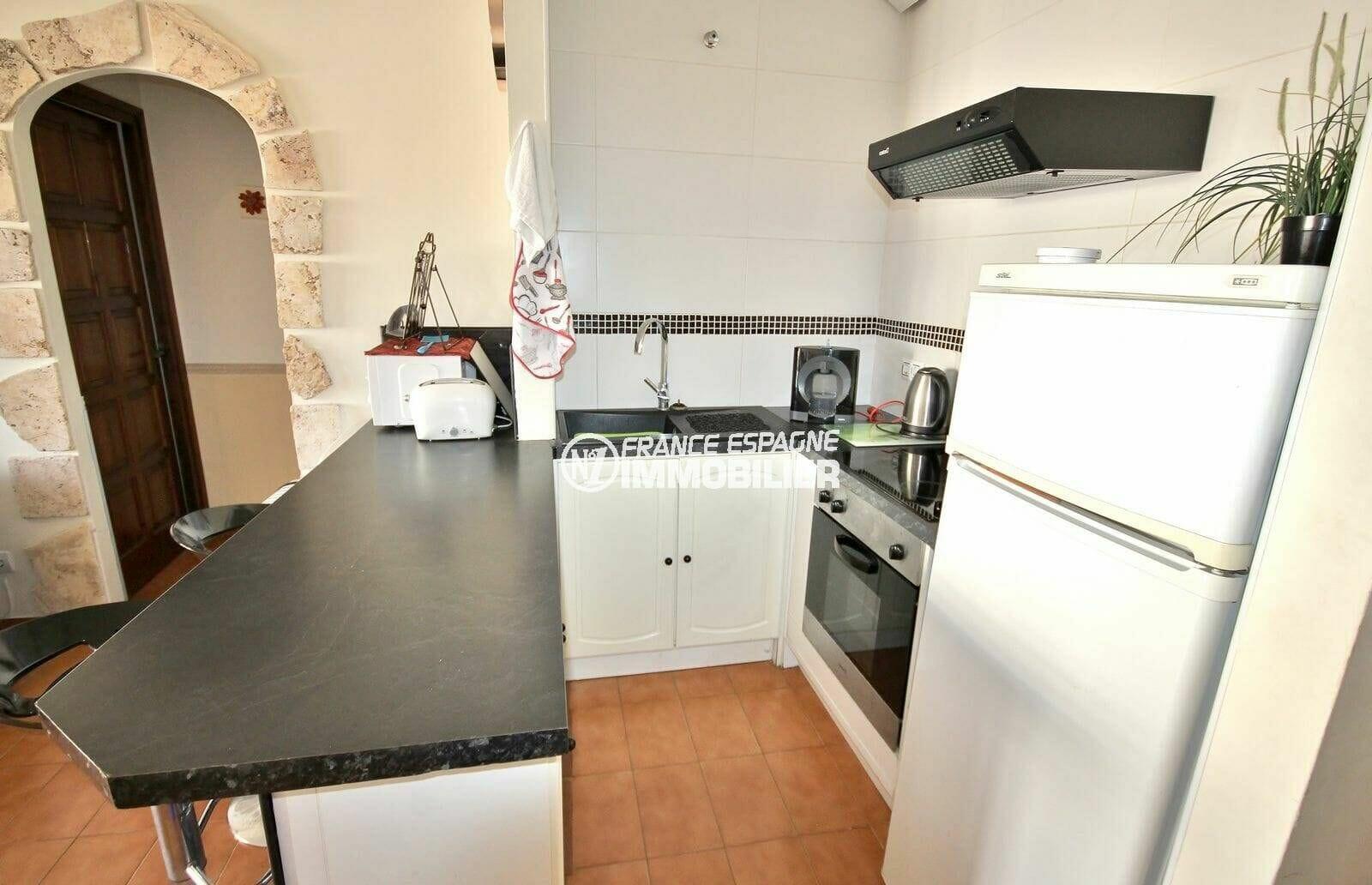 agence immobiliere empuriabrava: appartement 64 m², cuisine américaine équipée ouverte sur le salon