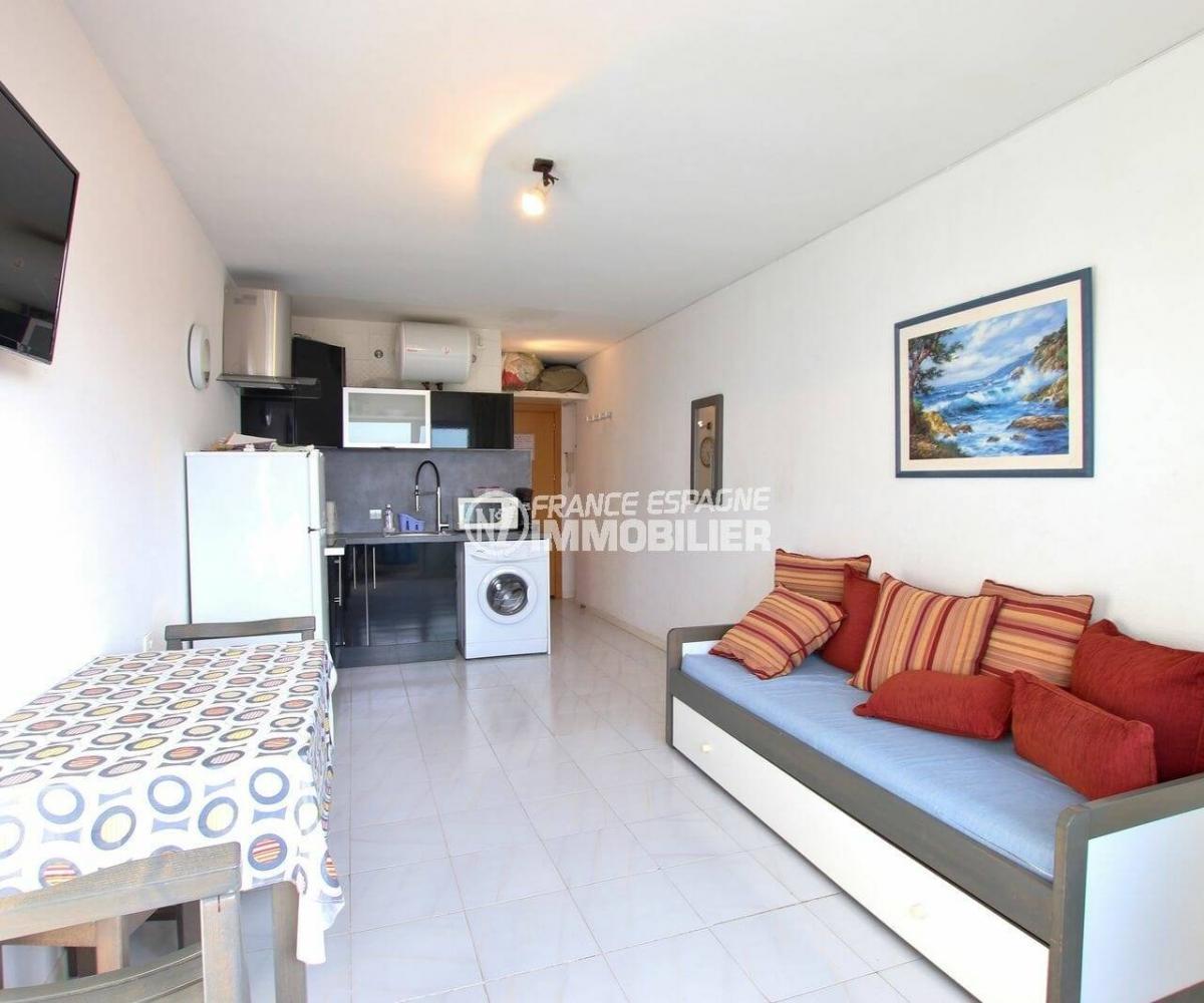 agence immobiliere empuriabrava: studio 24 m², pièce principale avec coin cuisine aménagé