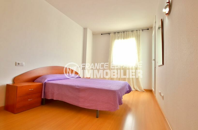 agence immobilière costa brava: appartement 50 m², chambre lumineuse accès terrasse