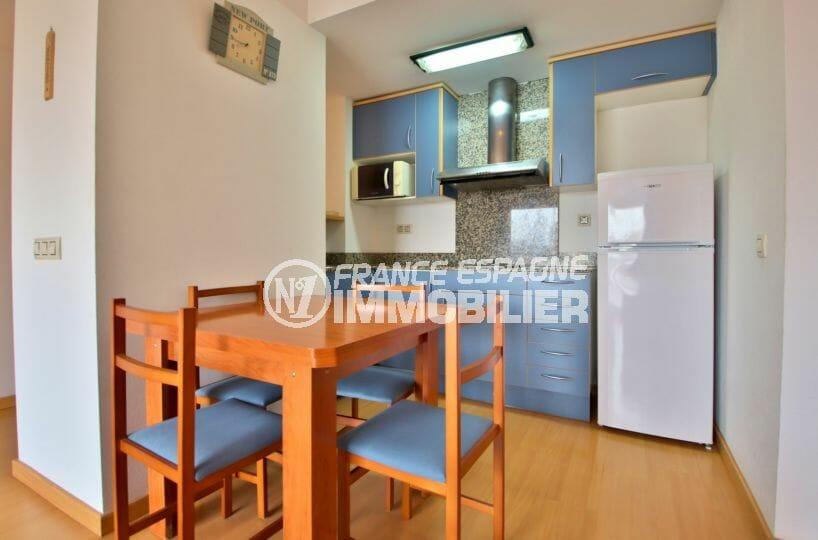 agence immobilière costa brava: appartement possible amarre, cuisine ouverte sur séjour
