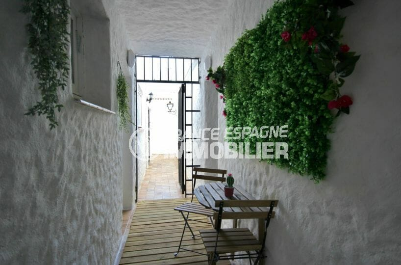 agence immobiliere costa brava: appartement 36 m², patio qui donne sur la porte d'entrée