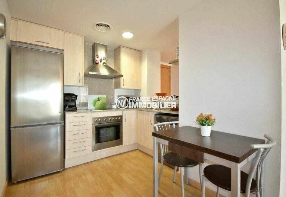 agence immobiliere costa brava: appartement de 60 m² avec cuisine américaine semi ouverte
