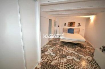 roses immobilier: villa de 42 m², première chambre lit double et placards