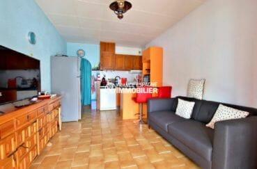 agence immobilière empuriabrava: villa de 80 m², séjour / salon avec cuisine ouverte