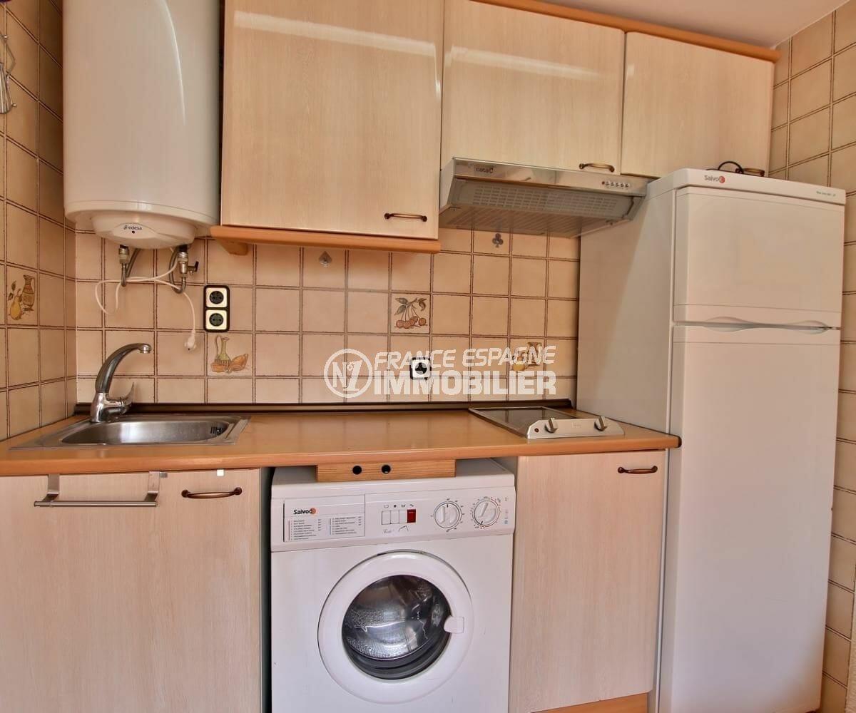 agence immobilière roses espagne: appartement proche plage, coin cuisine ouverte sur le salon