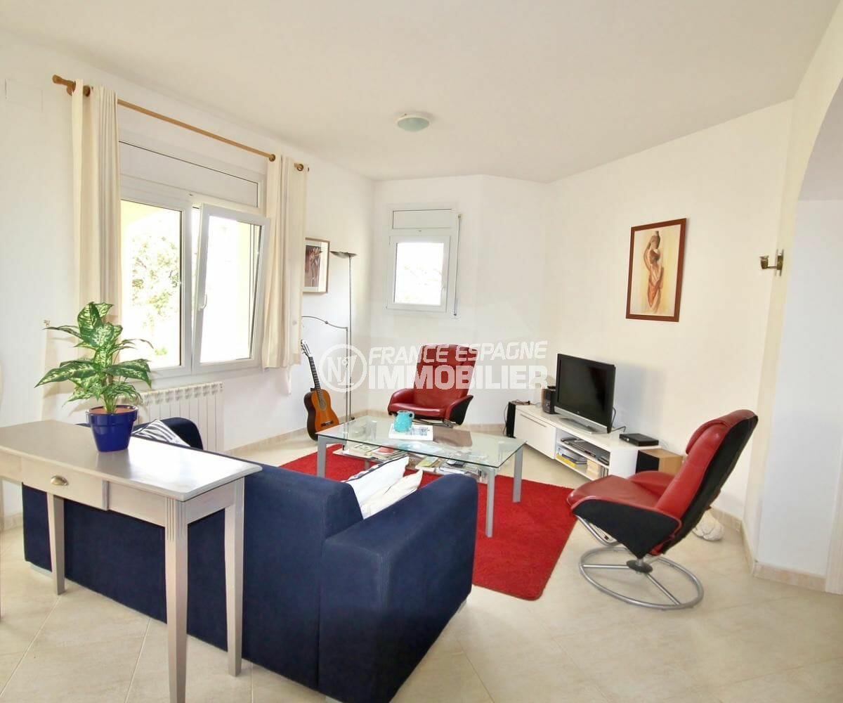 agence immobiliere costa brava espagne: villa 143 m², salon / séjour lumineux