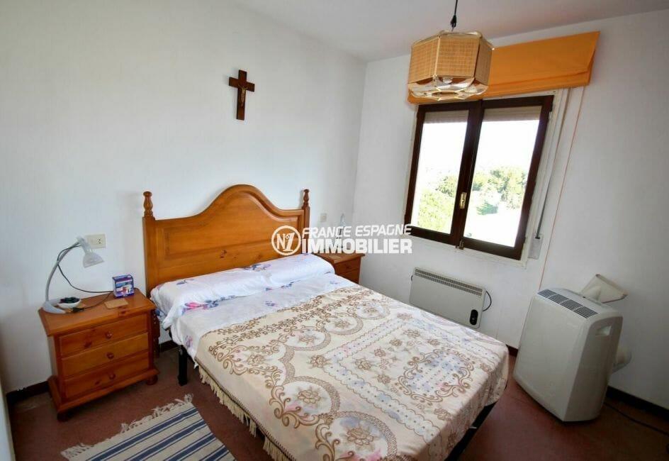 immo roses espagne: villa de 72 m², à l'étage deuxième chambre lit double