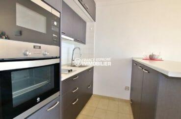 roses espagne: appartement 39 m², cuisine américaine équipée avec des rangements