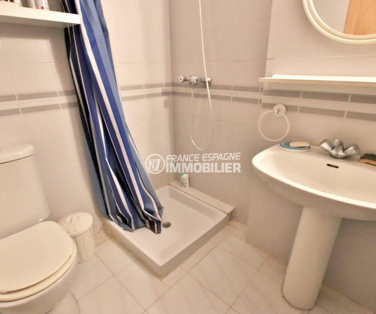 empuriabrava immobilier: studio 24 m², salle d'eau avec douche, lavabo et wc