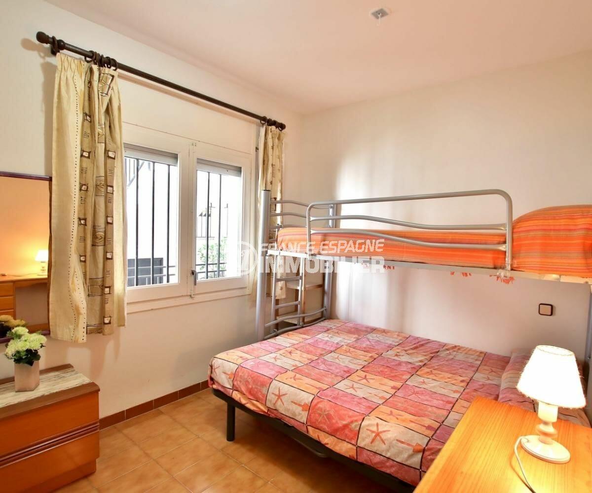 immo roses espagne: appartement 34 m², chambre double avec lit simple superposé