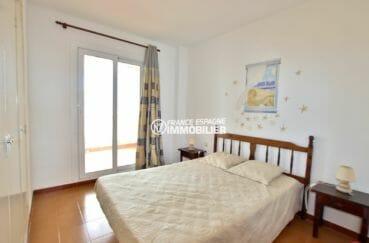 vente appartement empuriabrava, première chambre lit double accès balcon vue montagnes
