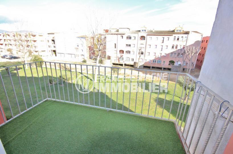 empuriabrava immobilier: appartement 53 m², balcon avec gazon synthétique