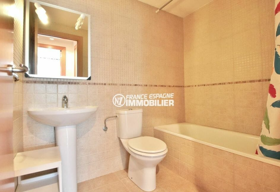 appartement a vendre a rosas, possibilité amarre, cave & parking, salle de bains avec wc