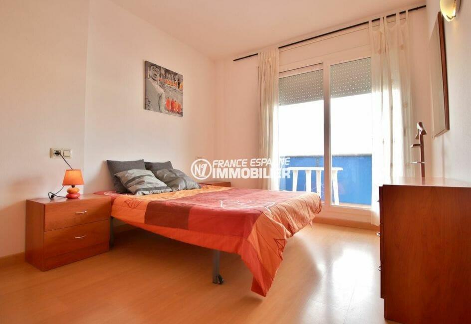 appartement a vendre a rosas, 50 m², chambre avec lit double et accès à la terrasse