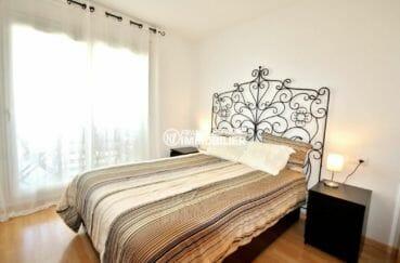 appartement a vendre a rosas, unique chambre avec placards et accès à la terrasse