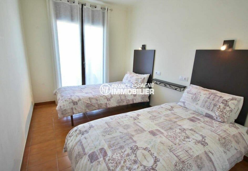 agence immobiliere costa brava: appartement 64 m², deuxième chambre avec 2 lits double accès terrasse