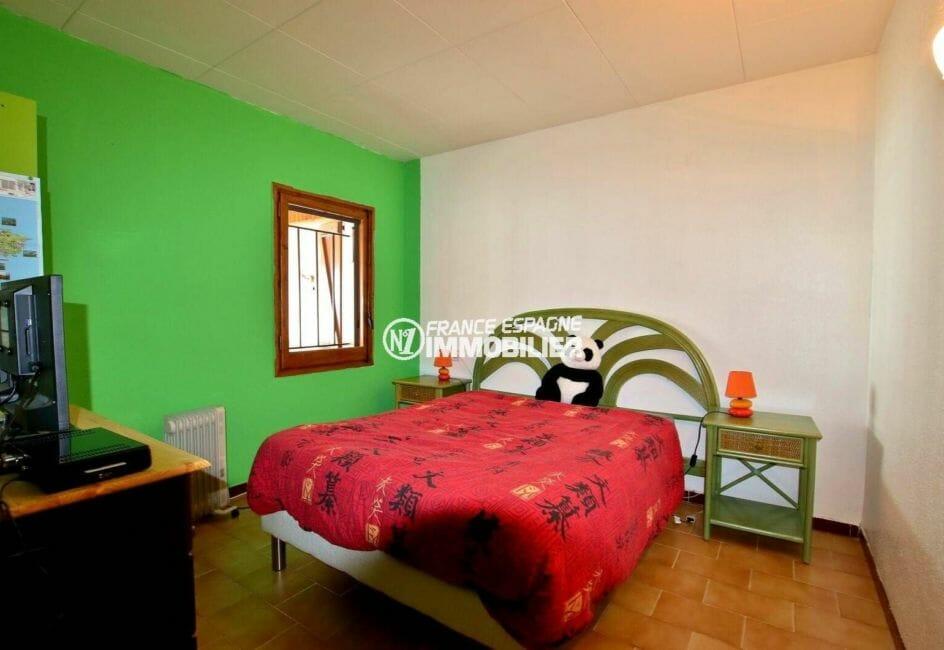 empuriabrava immobilier: villa 80 m² et sa première chambre lit double