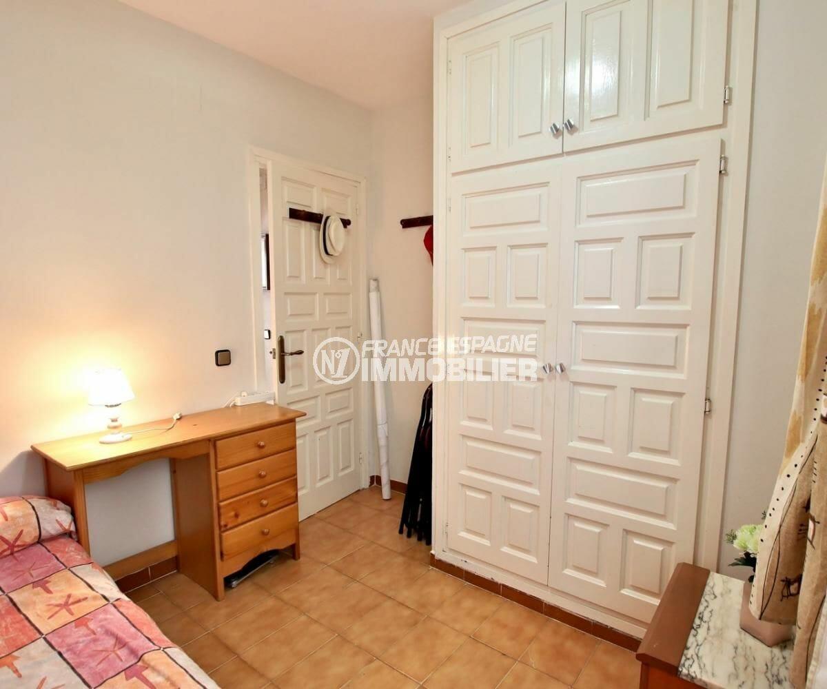 immobilier roses espagne: appartement 34 m², chambre avec des rangements