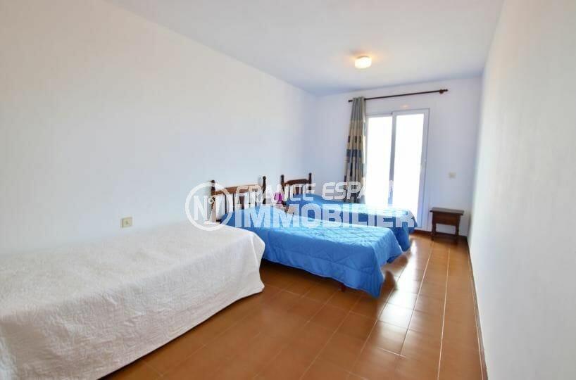 agence immobiliere costa brava: appartement 83 m², deuxième chambre 3 lits simples accès balcon