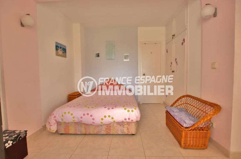 vente immobilier rosas espagne: appartement 59 m², deuxième chambre lit double avec rangements