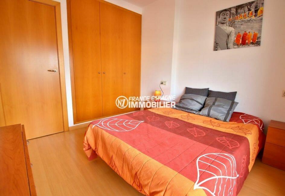 vente appartement rosas espagne, proche plage, chambre avec des rangements