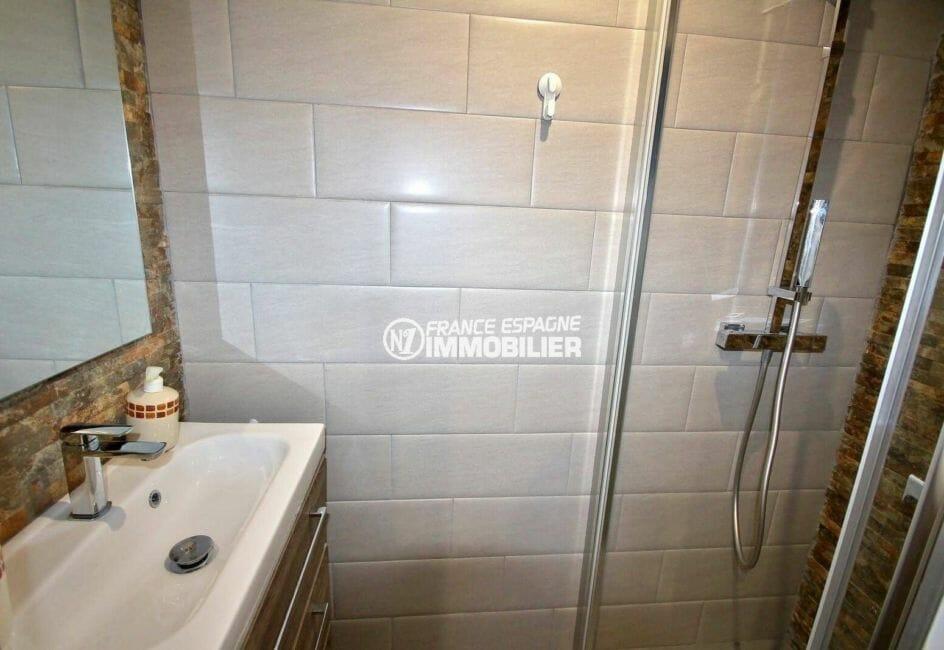 vente maison rosas espagne, investissement locatif, salle d'eau avec cabine de douche