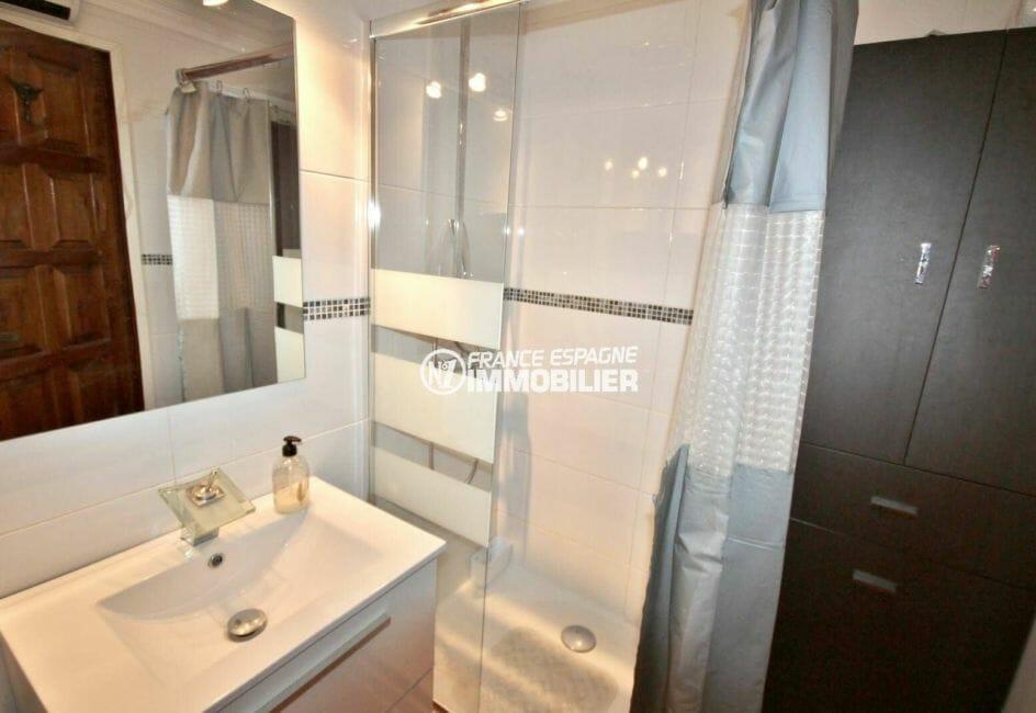 agence immobilière costa brava: appartement secteur calme, salle d'eau avec douche et meuble vasque