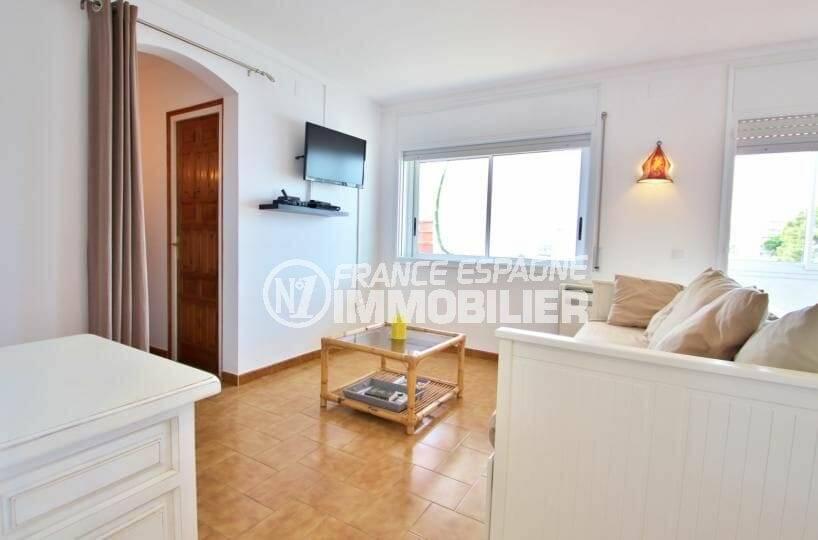agence immobilière costa brava: appartement atico salon / séjour lumineux et cuisine ouverte