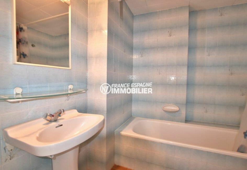 agence immobilière costa brava: appartement 83 m², salle de bains avec baignoire et lavabo