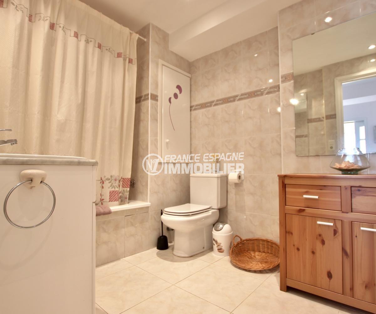 ventes immobilieres rosas espagne: appartement 59 m², salle de bains avec rangements et wc