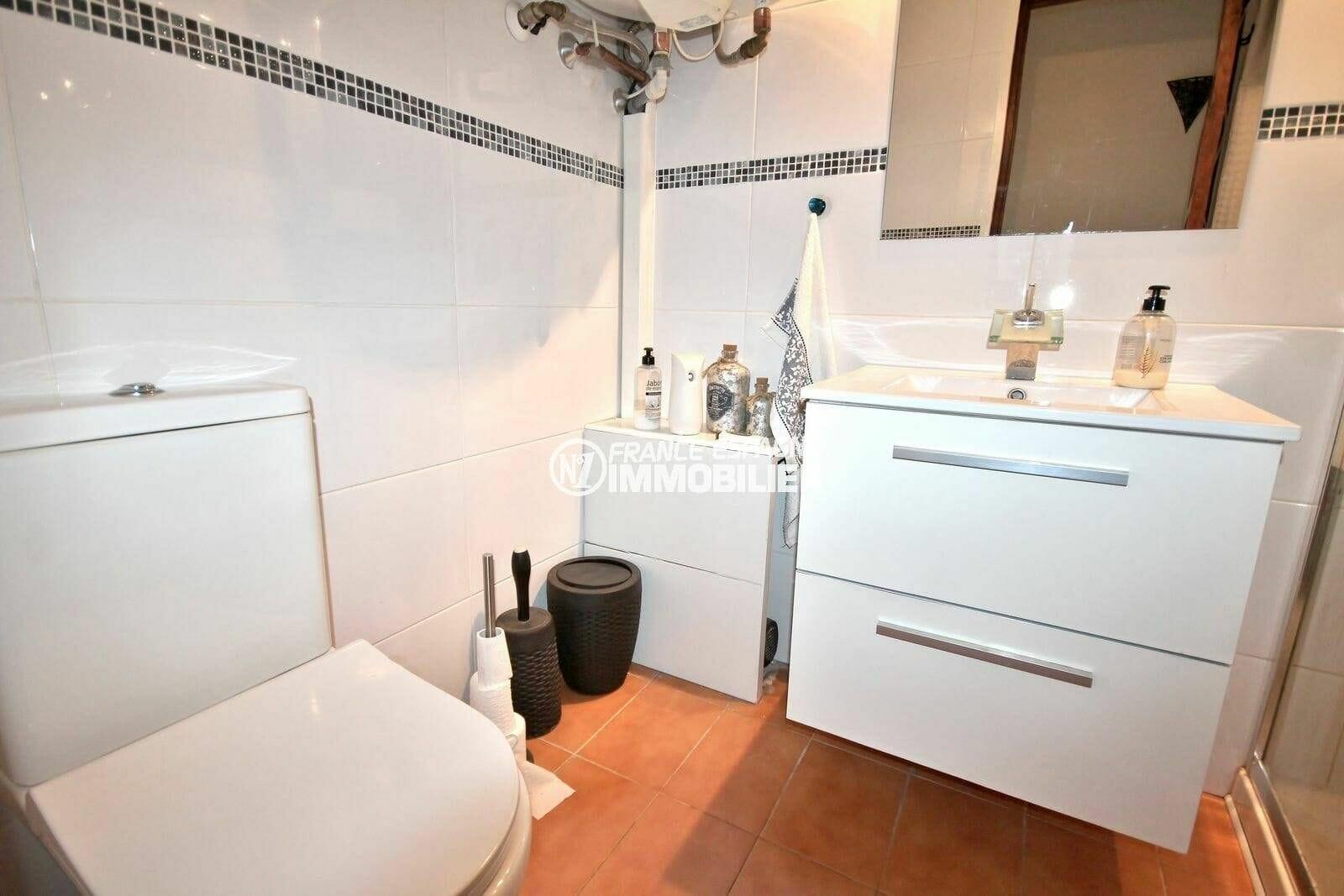 la costa brava: appartement 64 m², meuble vasque avec rangements et wc