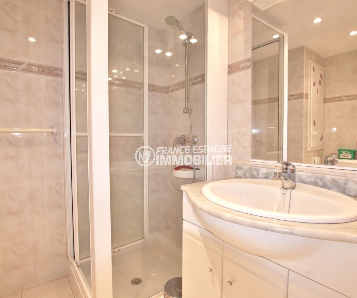 appartement à vendre à rosas, résidence avec piscine, salle d'eau avec cabine de douche