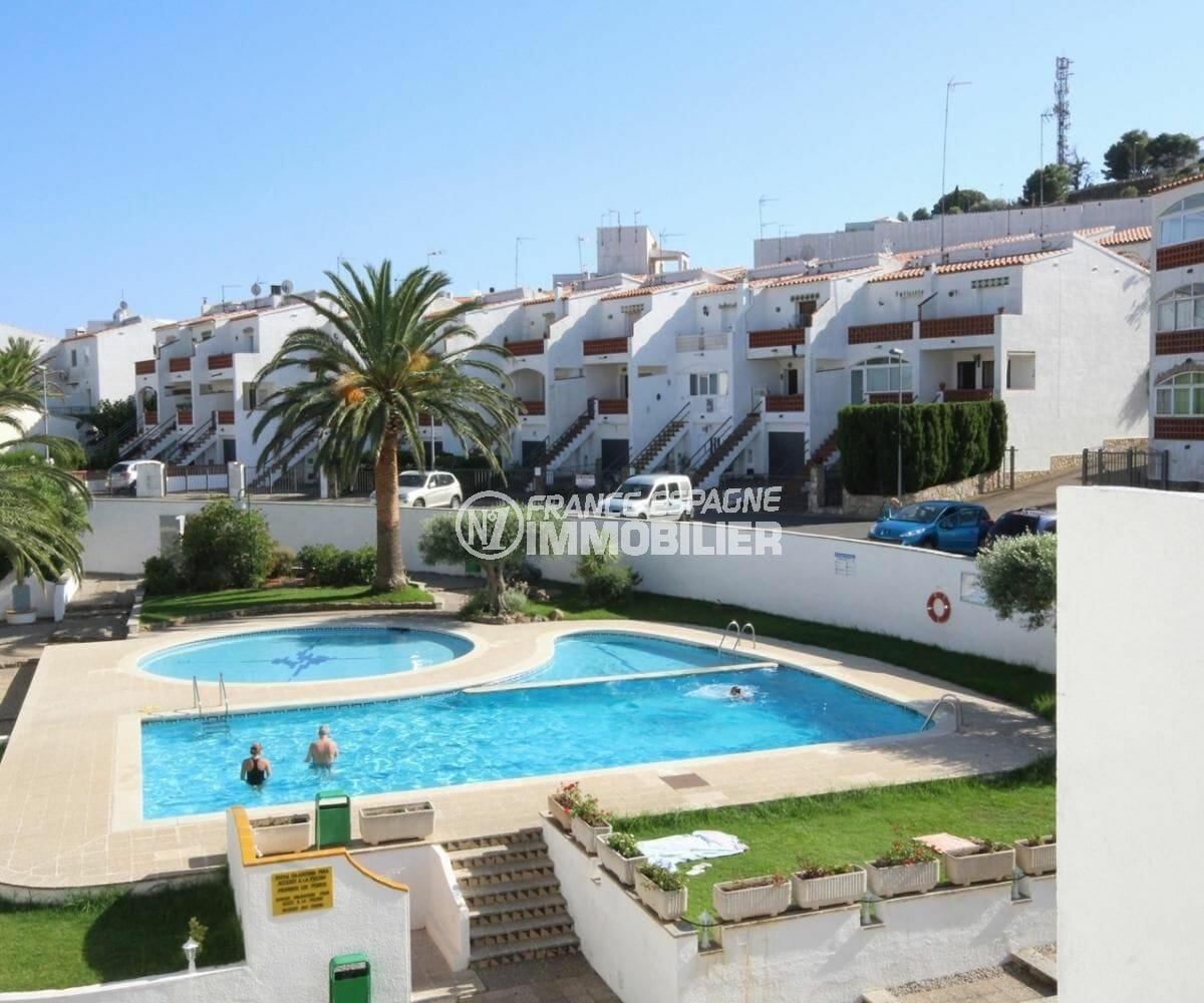agence immobilière roses: appartement 34 m², vue sur la résidence avec piscines